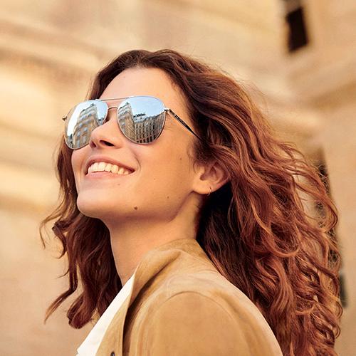 Femme avec des lunettes Longchamp solaires